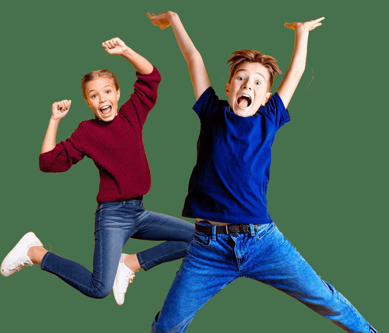 Tyttö ja poika hyppii trampoliinilla