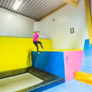 Henkilö hyppii Rollohalli sisä trampoliinipuistossa